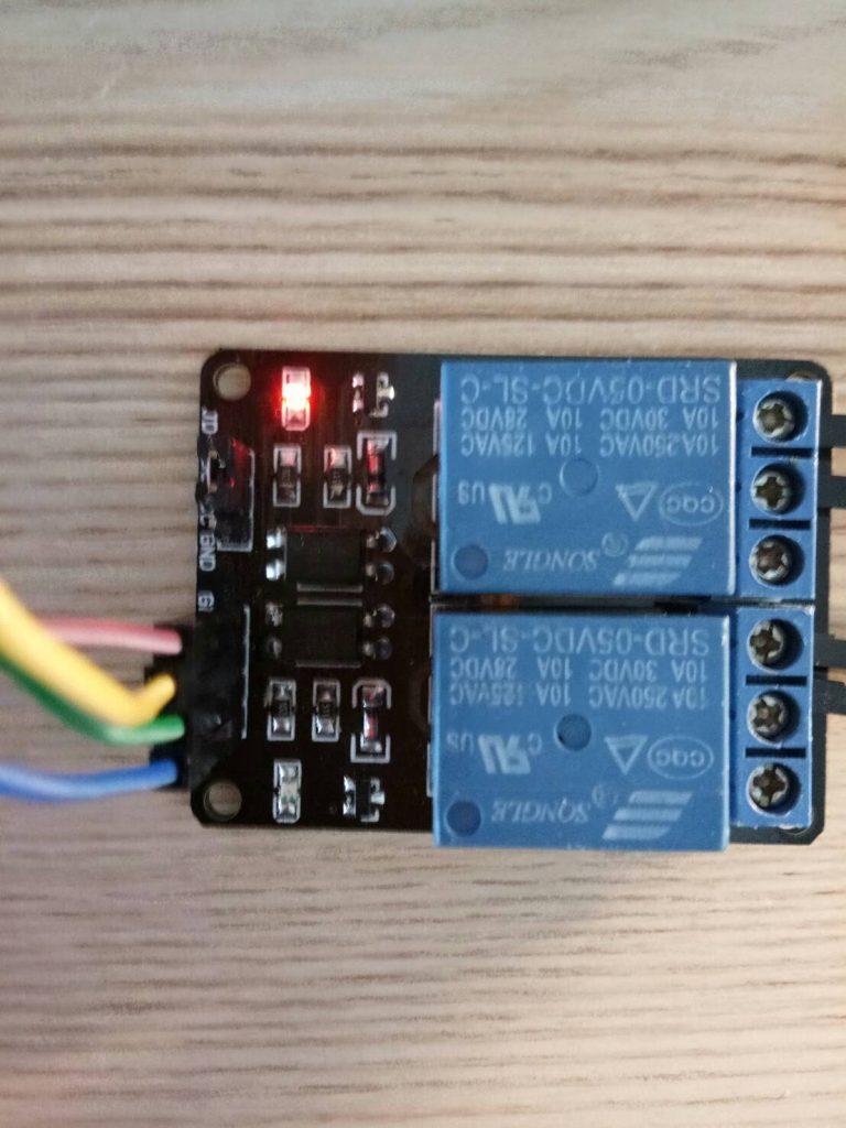 เมื่อปรบมือ 2 ครั้ง และ ตำแหน่ง LED สีแดง ด้านบน ติด/ดับ